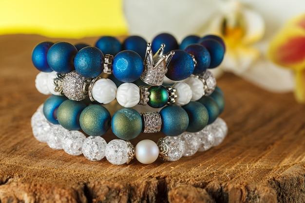 Wunderschöner schmuck aus natursteinen und erlesenen accessoires