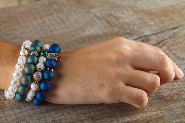 Wunderschöner schmuck aus natursteinen und exquisiten accessoires an der hand einer frau