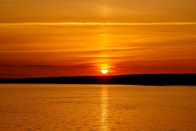 Wunderschöner sonnenuntergang am fluss
