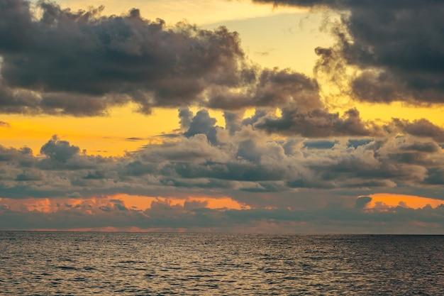 Wunderschöner sonnenuntergang an der amalfiküste. positano resort. seelandschaft.
