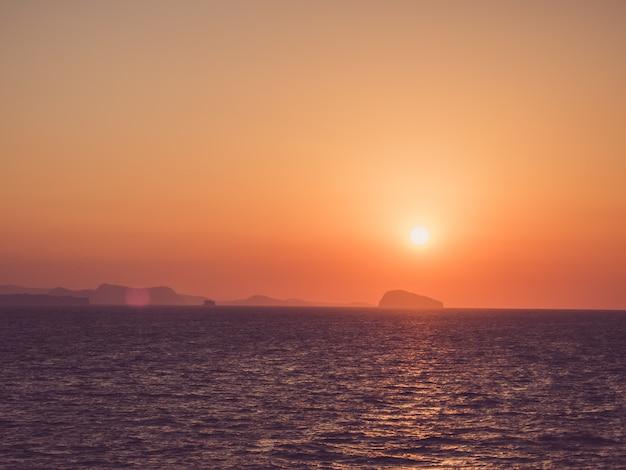 Wunderschöner sonnenuntergang im meer. freizeit und reisen