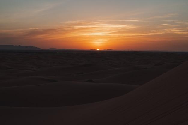 Wunderschöner sonnenuntergang mit vielen dünen in der sahara-wüste