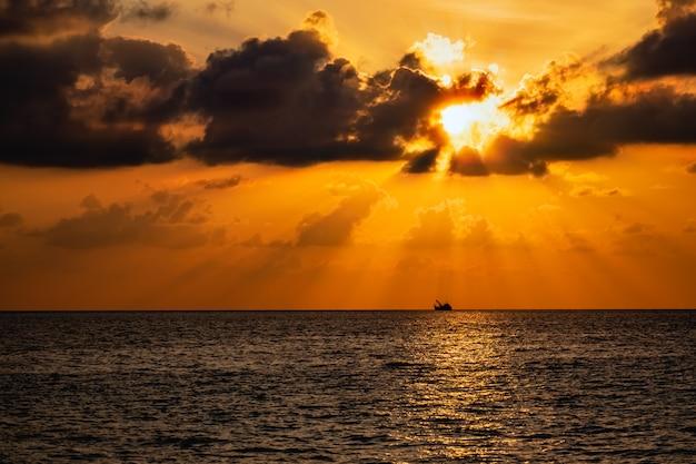 Wunderschöner sonnenuntergang über dem meer