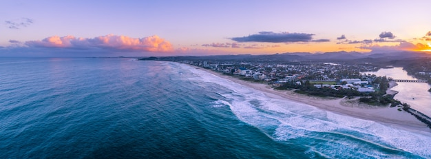Wunderschöner sonnenuntergang über gold coast küste. gold coast, queensland, australien