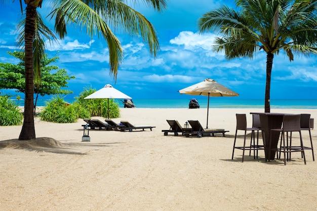 Wunderschöner strand. sommerferien und urlaubskonzepthintergrund. tourismus und reisen