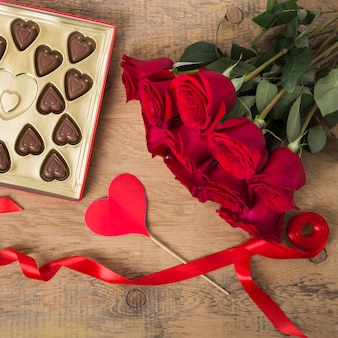 Wunderschöner strauß aus rosen und schokolade