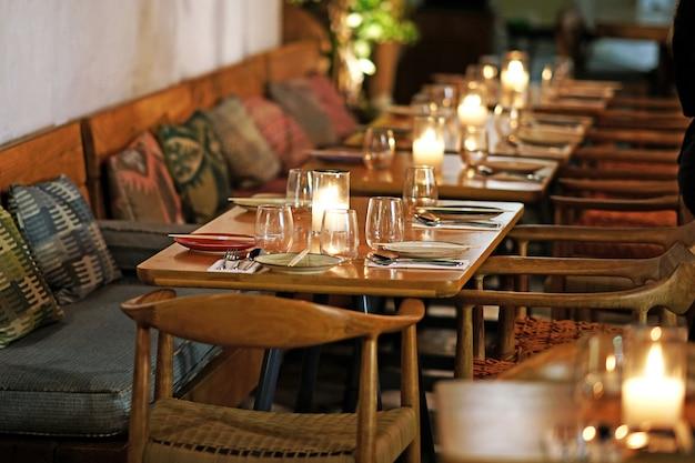 Wunderschöner tisch in einem eleganten restaurant von chora auf mykonos