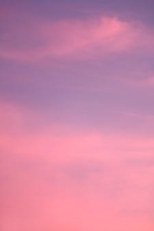 Wunderschöner violetter und rosafarbener bewölkter himmel mit sonnenuntergang nachleuchten