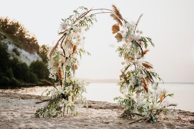 Wunderschönes arrangement für eine strandhochzeit