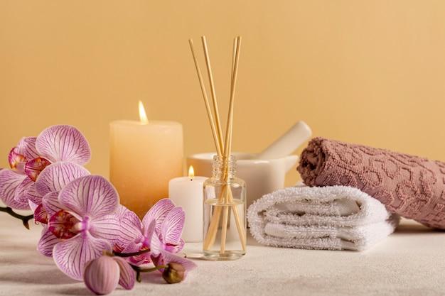 Wunderschönes arrangement mit spa-blume und duftstäbchen