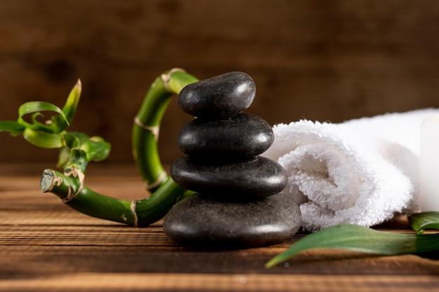 Wunderschönes arrangement mit spa steinen und zweig