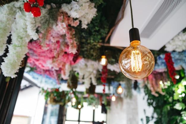 Wunderschönes dekor im restaurant für feierlichkeiten