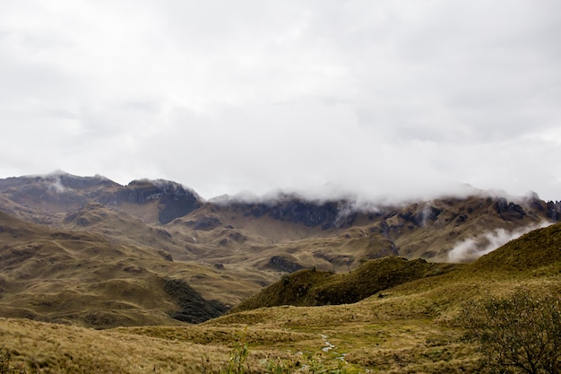 Wunderschönes feld mit erstaunlichen felsigen bergen und hügeln und erstaunlichem bewölktem himmel