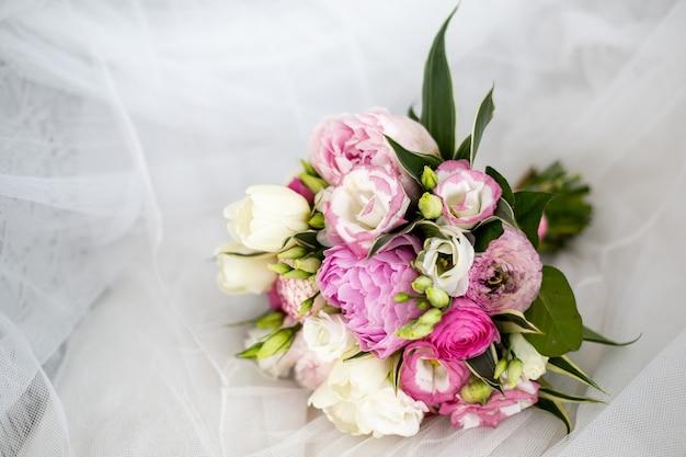 Wunderschönes hochzeitsbouguet aus weißen und rosa pfingstrosen