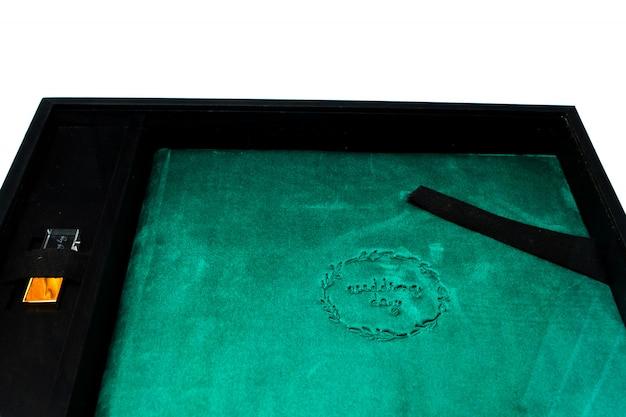 Wunderschönes hochzeitsfotobuch aus malachit und usb-stick in schwarzer holzkiste