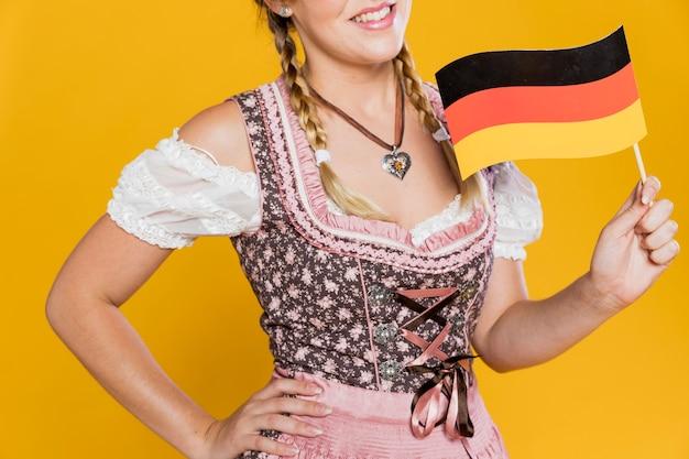 Wunderschönes junges mädchen mit deutscher flagge