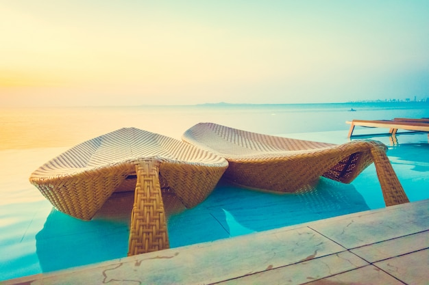Wunderschönes luxushotel-poolresort