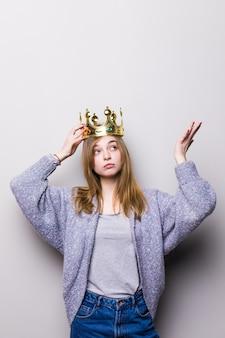 Wunderschönes mädchen, das krone auf kopf hält