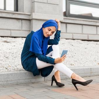Wunderschönes mädchen mit hijab, der draußen ein selfie macht