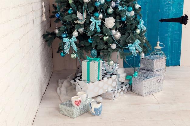 Wunderschönes, mit holdiay dekoriertes zimmer mit weihnachtsbaum und geschenken darunter
