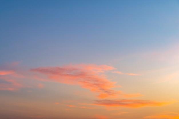Wunderschönes panorama-zwielichthimmel und wolke am morgenhintergrundbild, dramatischer sonnenuntergang und sonnenaufgangshimmel, feuriger orange sonnenuntergangshimmel, schöner himmel.