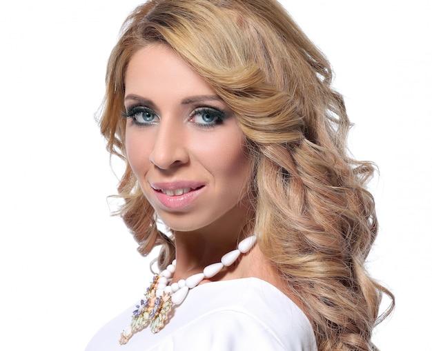 Wunderschönes porträt einer erwachsenen blonden frau