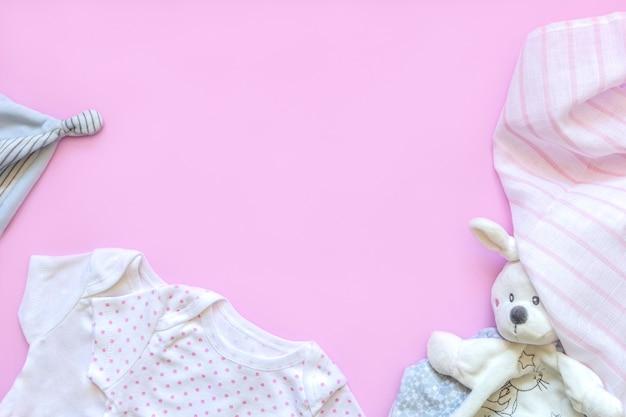 Wunderschönes set babyzubehör - kleiner hut, neugeborene babykleidung und lustiges spielzeug.