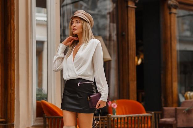Wunderschönes sexy blondes modell, das auf der straße geht