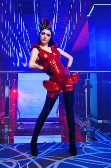 Wunderschönes sexy junges exotisches tänzer-showgirl, das am nachtclop aufwirft