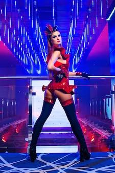 Wunderschönes sexy junges exotisches tänzer-showgirl, das im nachtclub posiert