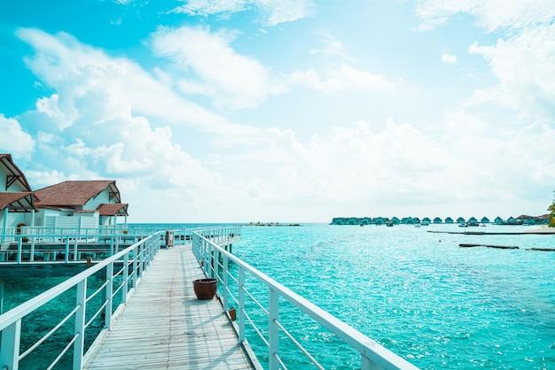Wunderschönes tropisches malediven-resort-hotel und -insel mit strand und meer - heben sie den farbverarbeitungsstil auf