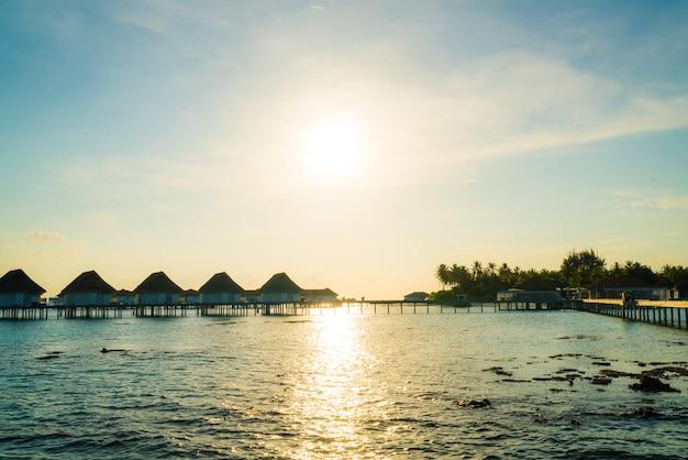 Wunderschönes tropisches malediven resort hotel und insel mit strand und meer