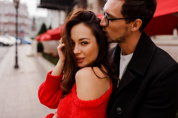 Wunderschönes verliebtes paar, das im freien umarmt und flirtet. romantische momente. hübscher mann, der auf seine hübsche freundin schaut.