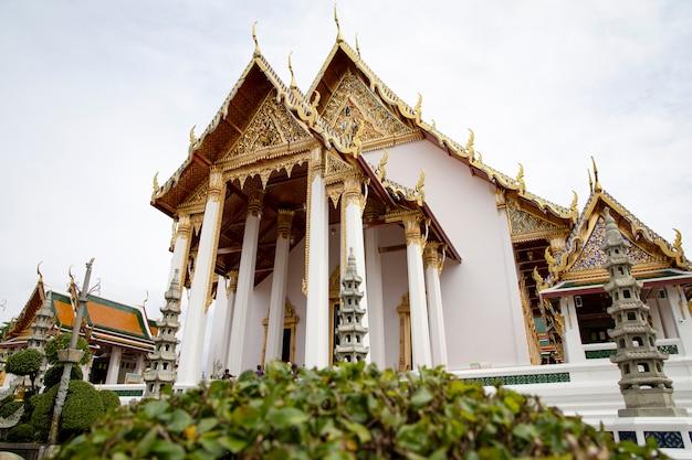 Wunderschönes wahrzeichen der kirche und berühmt im suthat-tempel in bangkok, thailand