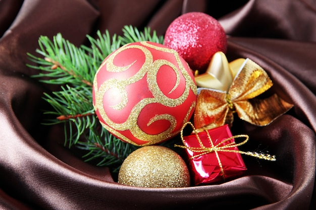 Wunderschönes weihnachtsdekor auf braunem satintuch