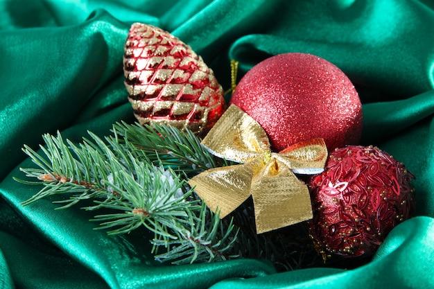 Wunderschönes weihnachtsdekor auf grünem satintuch