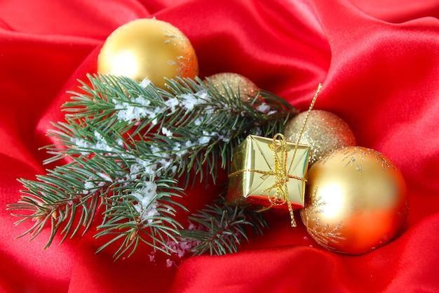 Wunderschönes weihnachtsdekor auf rotem satintuch