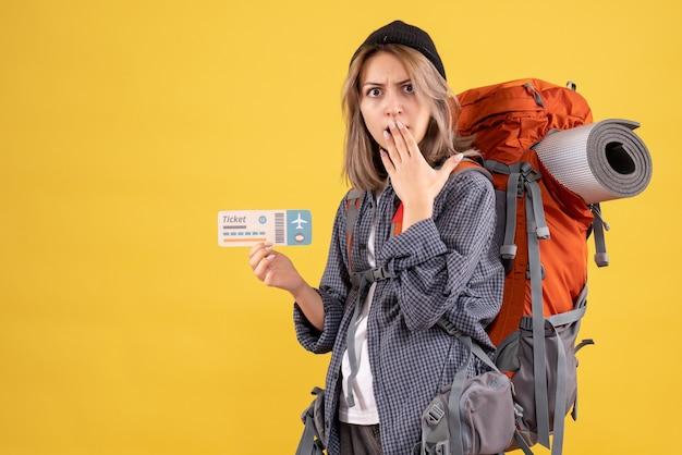 Wunderte sich reisendes mädchen mit rucksack mit flugticket