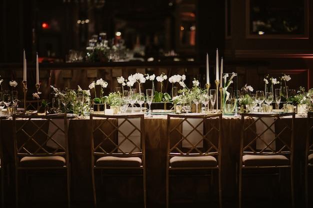 Wundervolle hochzeitstafel in erstaunlichem restaurant