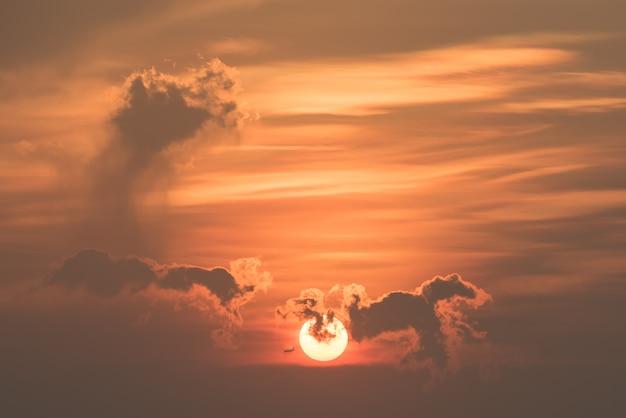 Wundervoller sonnenaufgang mit flugzeug, wolken für hintergrund.