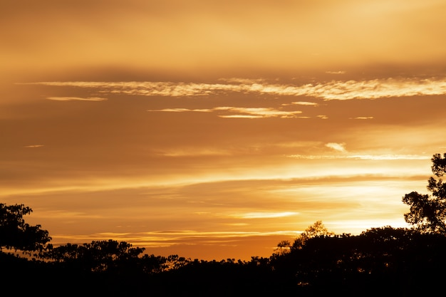Wundervoller sonnenuntergang- oder sonnenaufgang-hintergrund.