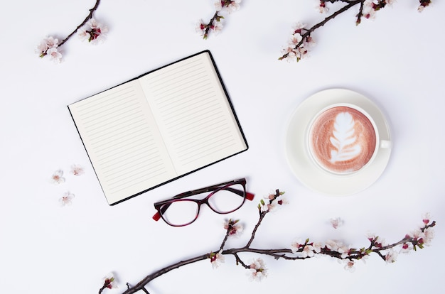 Wunschliste für zukünftige pläne. flache komposition mit blumen, notizblock und kaffee