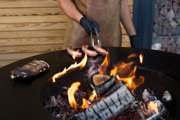 Wurst auf barbeque smoker grill. heiße und geräucherte wurst. food festival