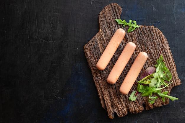 Wurst fleisch schweinefleisch rindfleisch oder huhn auf dem tisch gesunde mahlzeit snack zutat