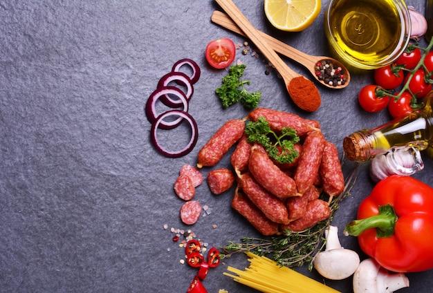 Wurst mit salami mit gewürzen und gemüse