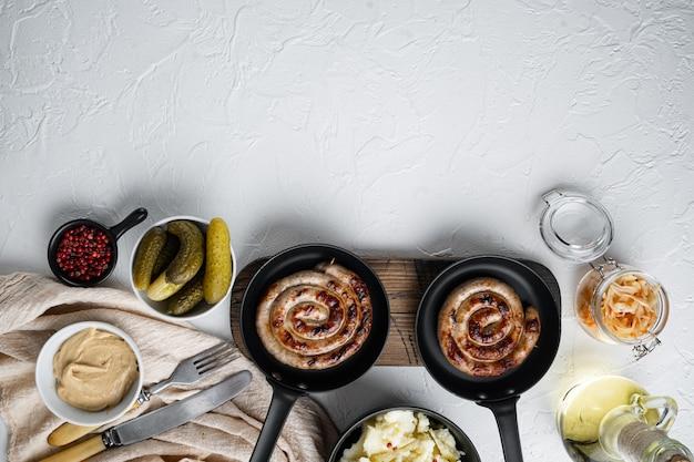 Wurst oder bratwurst mit fermentiertem kohl, eingelegten gurken