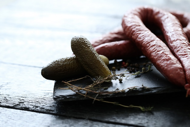 Wurst und essiggurke