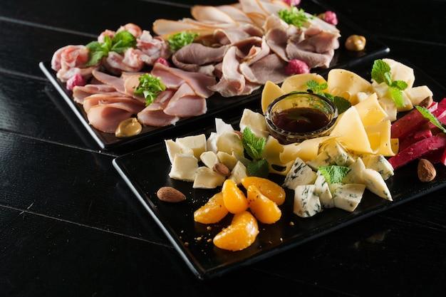 Wurst- und käseplatte mit wurst und verschiedenen käsesorten