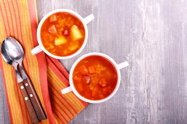 Wurst- und rote linsensuppe