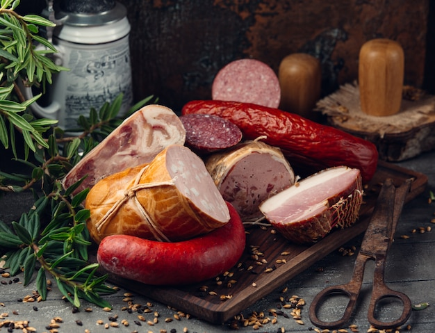Wurstsortiment salami, peperoni, schinken auf holzbrett